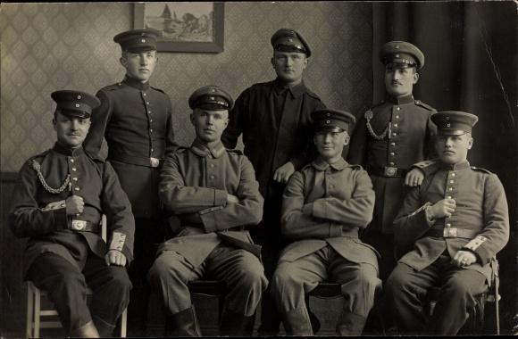 Foto Ak Gruppenfoto deutscher Soldaten in Uniformen, Schützenschnur