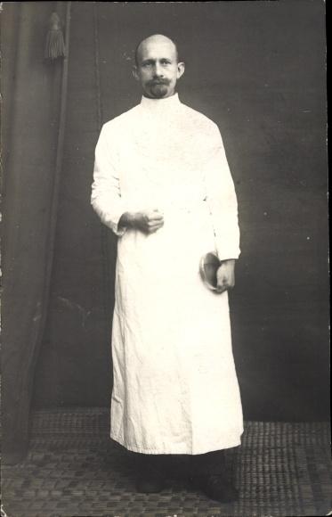 Foto Ak Sanitäter oder Arzt aus einem Reservelazarett, Standportrait, I. WK