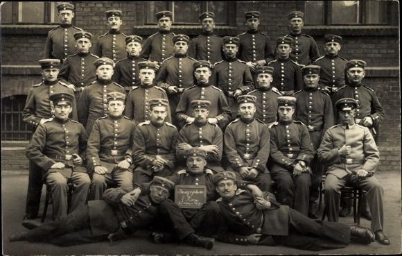 Foto Ak Gruppenfoto deutscher Soldaten in Uniformen, I. WK, V. Korps
