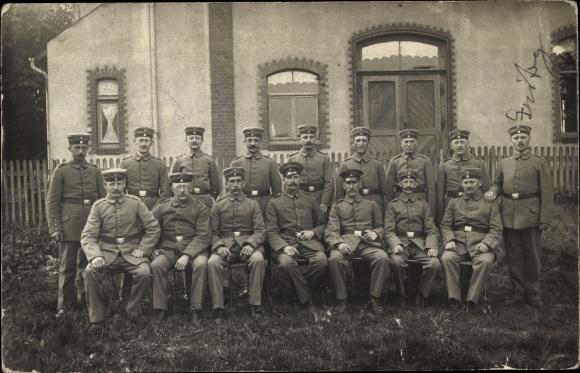 Foto Ak Gruppenfoto deutscher Soldaten in Uniformen vor einem Haus, I. WK