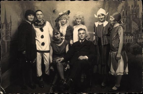 Foto Ak Männer und Frauen in Faschingskostümen, Karneval, Clown
