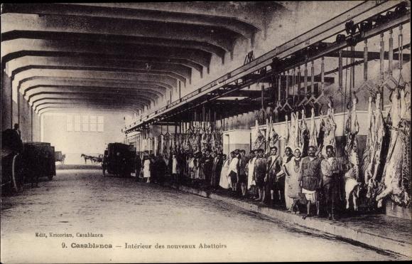 Ak Casablanca Marokko, Intérieur des nouveaux Abattoirs, Schlachthof, Schweine am Haken, Arbeiter