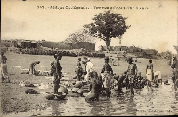 Ak Afrique occidentale, Femmes au bord d'un fleuve, Waschfrauen