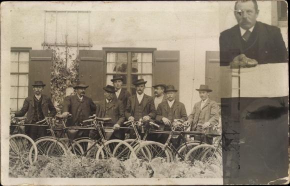 Foto Ak Männer mit Fahrrädern, Radfahrverein?