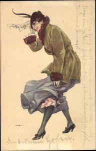 Künstler Ak Junge Frau in blauem Rock, Grüne Jacke, Hut, Wind