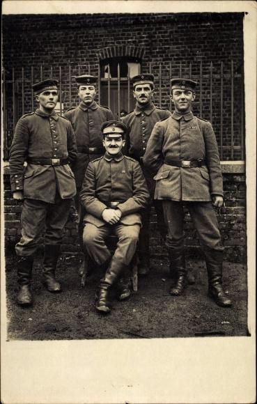 Foto Ak Deutsche Soldaten in Uniformen, Gruppenfoto