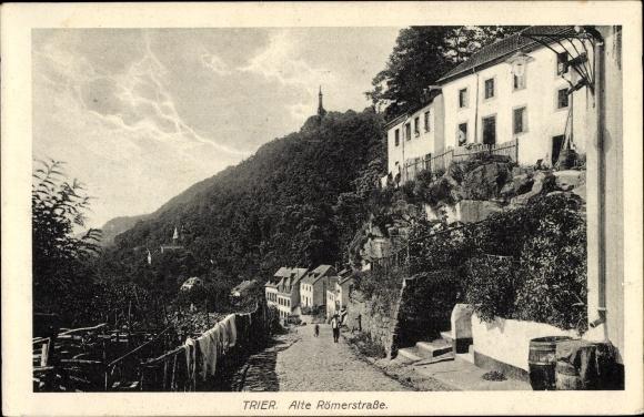 Ak Trier in Rheinland Pfalz, Alte Römerstraße, Wohnhäuser, Aufgang, Passant
