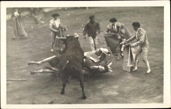 Foto Ak Stierkampf, Gestürzter Reiter, Helfer mit Roten Tüchern, Stier