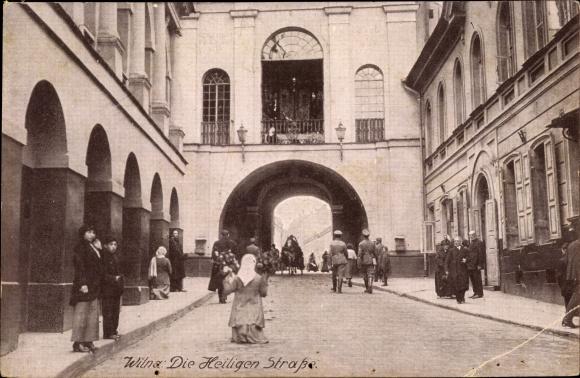 Ak Vilnius Wilna Litauen, Die Heilige Straße, Tordurchgang, Passanten, deutsche Soldaten
