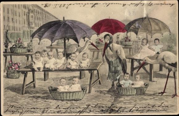 Ak Fotokunst, Störche als Marktfrauen, Marktstände mit Babys, Kleinkinder