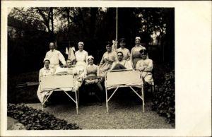 Foto Ak Deutsche Soldaten im Lazarett, Krankenbetten im Garten, Krankenschwester, 1916