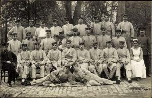 Foto Ak Deutsche Soldaten im Lazarett, Gruppenbild, Krankenschwester, Heilbronn am Neckar