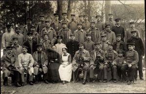 Foto Ak Deutsche Soldaten im Lazarett, Gruppenbild in Uniformen, Krankenschwester