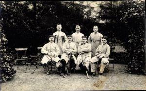 Foto Ak Deutsche Soldaten im Lazarett, Gartenpartie, Krücken