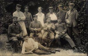 Foto Ak Deutsche Soldaten im Lazarett, Gartenpartie, Krankenschwester