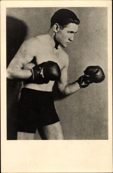 Foto Ak Gustav Eder, Boxer, Standportrait, Boxhandschuhe, Boxerhosen