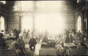 Foto Ak Deutsche Soldaten im Lazarett, Massenschlafsaal, Patiententafeln, Krankenschwestern, 1917