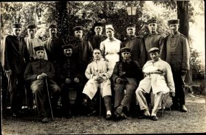 Foto Ak Deutsche Soldaten im Lazarett, Gartenpartie, Uniformen, Krankenschwester