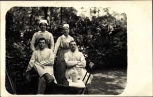 Foto Ak Deutsche Soldaten im Lazarett, Gartenpartie, Krankenschwestern, Heilbronn am Neckar