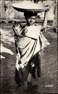 Ak Scenes et Types Maghreb, La Fillette au plateau, Junge Frau mit Kind auf dem Rücken, Korb
