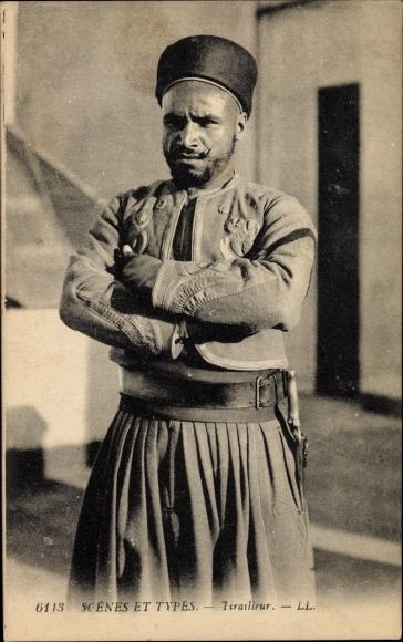 Ak Scenes et Types Maghreb, Tirailleur, arabischer Soldat in Uniform, LL.
