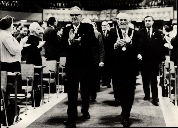 Ak VII. Parteitag der SED 1967, Einmarsch der Politiker, applaudierende Parteimitglieder