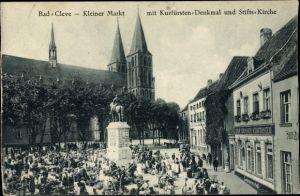 Ak Kleve am Niederrhein, Kleiner Markt mit Kurfürstendenkmal und Stiftskirche