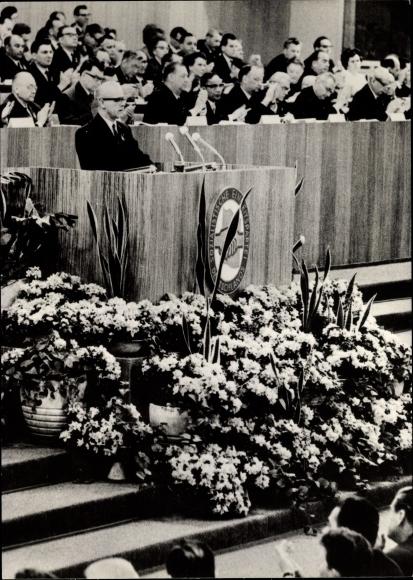 Ak VII. Parteitag der SED 1967, Rednerpult, applaudierende Minister