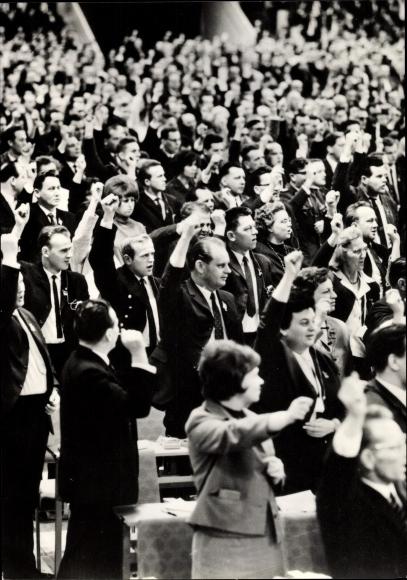 Ak VII. Parteitag der SED 1967, Parteimitglieder im Saal, erhobene Fäuste