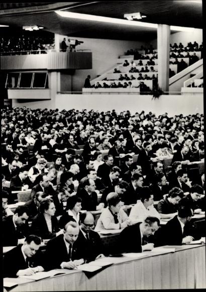 Ak VII. Parteitag der SED 1967, Parteimitglieder im Saal, schreibend