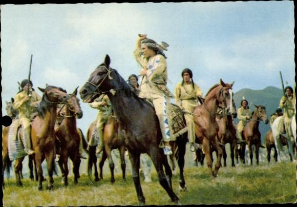Ak Schauspieler Pierre Brice, Portrait als Winnetou, Indianer, Pferde