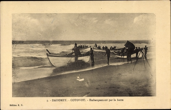Ak Cotonou Dahomey Benin, Embarquement par la barre, Straßenpartie mit Booten