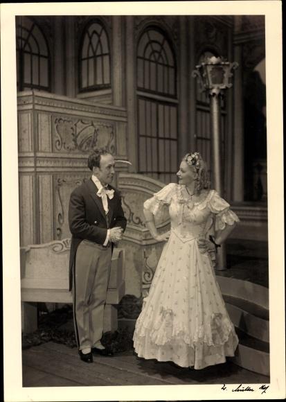 Foto Ak Theaterszene Fanny Elßler, 2. Akt, Schauspielerin im Kleid, Schauspieler im Frack