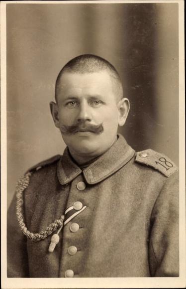 Foto Ak Deutscher Soldat in Uniform, Schulterklappe Regiment 18, Schulterschnur