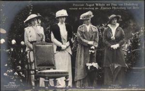 Ak Prinzessin August Wilhelm, Frau von Hindenburg, Einweihung des Eisernen Hindenburg von Berlin