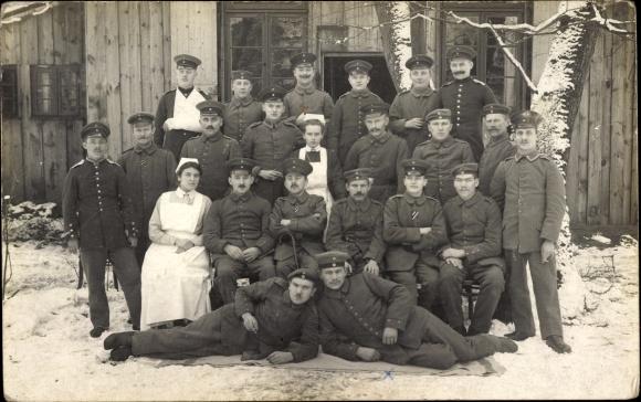 Foto Ak Gruppenfoto deutscher Soldaten in Uniformen, Krankenschwestern