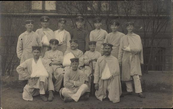 Foto Ak Gruppenfoto verwundeter deutscher Soldaten, Uniformen