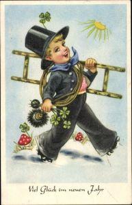 Ak Glückwunsch Neujahr, Schornsteinfeger mit Leiter, Kleeblätter, Fliegenpilze