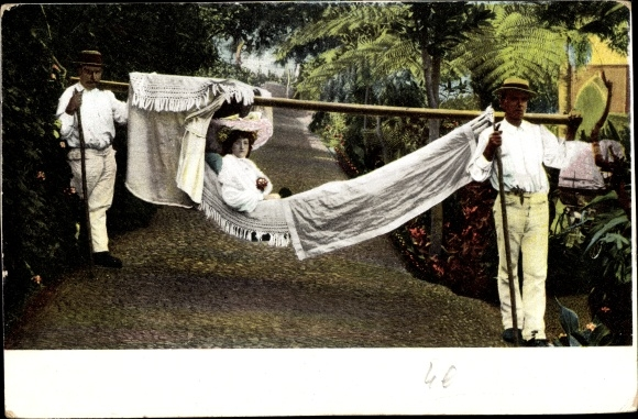 Ak Insel Madeira Portugal, Dame mit Hut in einer Sänfte getragen von zwei Männern