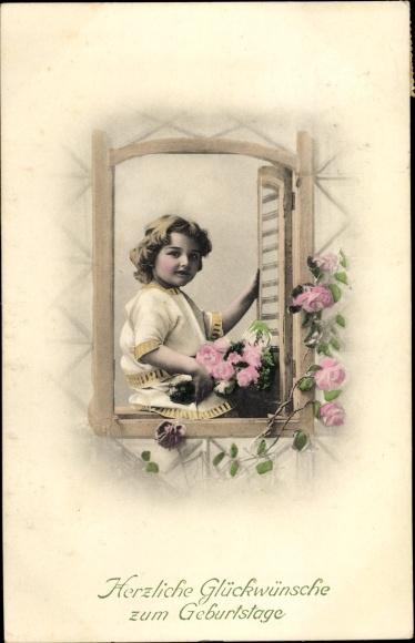 Ak Glückwunsch Geburtstag, Kind mit Blumenstrauß im Fenster sitzend