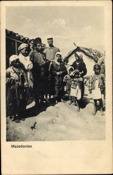 Ak Mazedonien, Dorfbewohner in Trachten, deutsche Soldaten