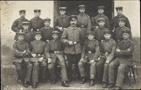 Foto Ak Gruppenfoto deutscher Soldaten in Uniformen