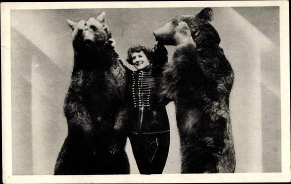Ak Dompteuse Betty mit zwei dressierten Braunbären, Zirkus Kapitän Alfred Schneider