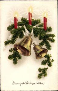 Ak Glückwunsch Weihnachten, Tannenzweige mit Glocken und brennenden Kerzen