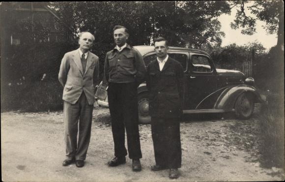 Foto Ak Drei Männer, Gruppenfoto, Auto