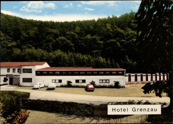 Ak Grenzau Höhr Grenzhausen im Westerwaldkreis, Bes. M. Gstettner, Außenansicht, Parkplatz, Autos