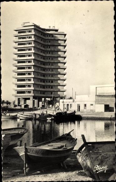Ak Bizerte Tunesien, Building sur le Vieux Port, barques