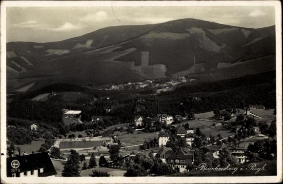 Ak Brückenberg b. Krummhübel Riesengebirge Schlesien, Panorama, Gebirgsstrandbad Rübezahl, Wolfshau