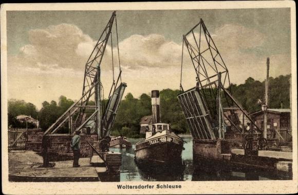 Ak Woltersdorf bei Berlin, Boot Franz durchfährt Schleuse
