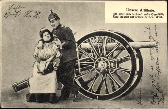Ak Unsere Artillerie, Sie setzt sich lachend aufs Geschütz u. lauscht auf seinen derben Witz, Soldat